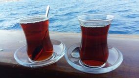 Dwa filiżanki herbata na spodeczkach z łyżkami Obrazy Royalty Free