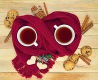 Dwa filiżanki herbata w szaliku Gorący uczucia wygoda obrazy stock