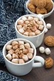 Dwa filiżanki kakao z marshmallows na drewnianym stole, pionowo Zdjęcie Royalty Free