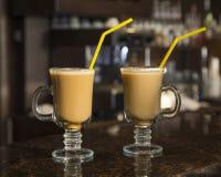 Dwa filiżanki kawy, bar fotografia royalty free