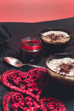 Dwa filiżanki kawy, cappuccino blisko czerwonych serc na czerń stołu tle pary dzień ilustracyjny kochający valentine wektor Miłoś Obrazy Stock