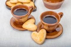 Dwa filiżanki kawy, ciastek serce kształt Fotografia Stock