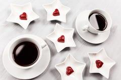 Dwa filiżanki kawy i serce kształtnych cukierki Fotografia Stock