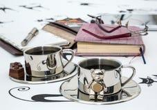 Dwa filiżanki kawy, szkła, notatnik w łóżku zdjęcia royalty free