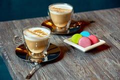 Dwa filiżanki kawy talerza macaroons dla druku zdjęcia stock