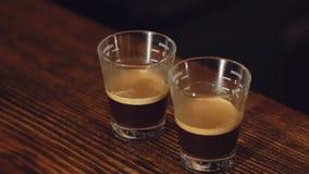 Dwa filiżanki wyśmienicie kawa na drewnianym stole wolno zdjęcie wideo