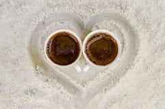 Dwa filiżanki z gorącą kawą Zdjęcia Stock