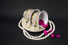 Dwa filiżanki z perłami i Różanymi płatkami Obraz Stock