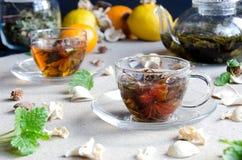 Dwa filiżanki zielenieją oolong herbaty szkło zdjęcie royalty free