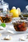 Dwa filiżanki zielenieją oolong herbaty szkło obraz stock