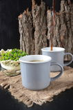 Dwa filiżanki kawy na drewnianym tle Zdjęcie Stock