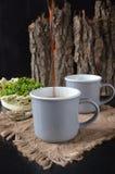 Dwa filiżanki kawy na drewnianym tle Obraz Stock