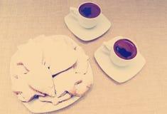 Dwa filiżanki kawy z ciastkami na tle Obrazy Stock