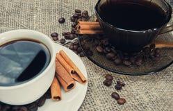 Dwa filiżanki ranek fragrant kawa na wzorzystym drewnianym stole Obraz Stock
