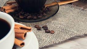 Dwa filiżanki ranek fragrant kawa na wzorzystym drewnianym stole Zdjęcie Stock