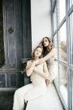 Dwa fryzury ładna bliźniacza siostrzana blond kędzierzawa dziewczyna w luksusu domu wnętrzu wpólnie, bogaci młodzi ludzie pojęć obrazy royalty free