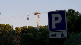 Dwa funiculars ruszają się w kierunku each inny przeciw niebieskiemu niebu Drzewa i parking podpisują wewnątrz przedpole ruch zbiory wideo