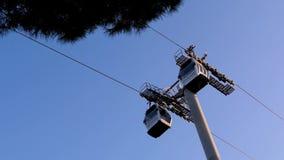 Dwa funiculars ruszają się w kierunku each inny przeciw zieleni jodle i niebieskiemu niebu Ruch, turystyka, wagon kolei linowej,  zdjęcie wideo