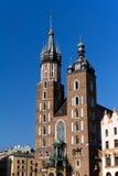 Dwa górują St Mary bazylika na magistrala rynku sguare w Cracow w Poland zdjęcia royalty free