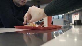 Dwa głodnego faceta je francuza smażą w fast food restauracji zdjęcie wideo