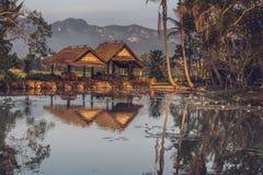 Dwa gazebos blisko stawu z widokiem górskim w Luang Prabang, Laos obraz royalty free