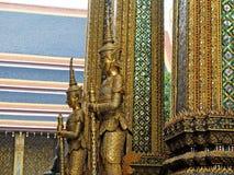 Dwa giganta przed drzwi Uroczysta świątynia Fotografia Stock