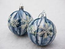 Dwa glittery Bożenarodzeniowej dekoraci piłki w śniegu Obraz Royalty Free