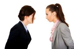 Dwa gniewnego businesswomans twarz w twarz Obrazy Royalty Free