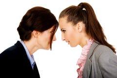 Dwa gniewnego businesswomans twarz w twarz Obrazy Stock
