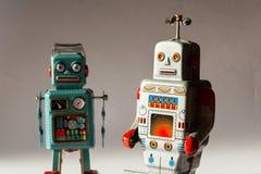 Dwa gniewnego rocznik cyny zabawki robota, sztuczna inteligencja, mechaniczna truteń dostawa, maszynowego uczenie pojęcie zdjęcia stock