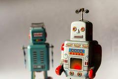Dwa gniewnego rocznik cyny zabawki robota, sztuczna inteligencja, mechaniczna truteń dostawa, maszynowego uczenie pojęcie obrazy stock