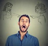 Dwa gniewnej kobiety wini okaleczającego młodego człowieka Obrazy Royalty Free