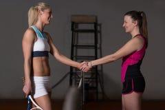 Dwa gracz w tenisa Trząść ręki Nad siecią Zdjęcia Stock