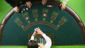 Dwa gracza bawić się grzebaka w kasynie nad zielonym stołem zielony ekran Odgórny widok zbiory