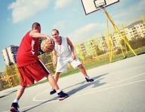 Dwa gracza koszykówki na sądzie Zdjęcia Stock