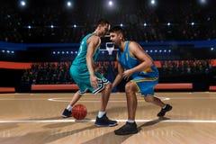 Dwa gracza koszykówki podczas potyczki Obrazy Royalty Free