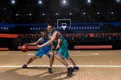 Dwa gracza koszykówki podczas potyczki Fotografia Stock