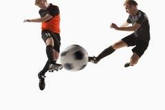 Dwa gracza piłki nożnej kopie piłki nożnej piłkę Obrazy Royalty Free