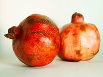 Dwa granatowiec owoc odizolowywającej na białym tle odizolowywają Fotografia Royalty Free