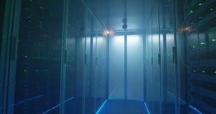 Dwa hackera dyskutuje w wypełniającym korporacyjnym centrum danych zdjęcie wideo
