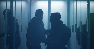 Dwa hackera dyskutuje w wypełniającym korporacyjnym centrum danych zbiory wideo