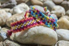 Dwa hadmade koloru bransoletki przyjaźń na kamieniach, w kratkę wzór Zdjęcie Royalty Free
