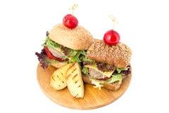 Dwa hamburgeru na drewnianej tnącej desce fotografia royalty free