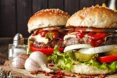 Dwa hamburgeru na drewno stole, zakończenie Zdjęcia Stock