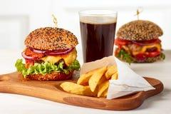 Dwa hamburgeru z układami scalonymi i szkłem kola Fotografia Royalty Free