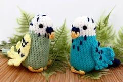 Dwa Handcrafted Zabawkarskiego Parakeet ptaka Zdjęcie Royalty Free