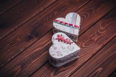 Dwa handmade szkatuły w formie serce na ciemnym nieociosanym drewnianym tle Fotografia Stock