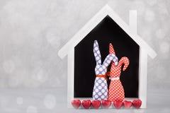 Dwa handmade zabawki Pojęcie St walentynki ` s karta Fotografia Stock