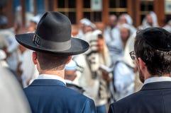 Dwa Hasidim w tradycyjnym Żydowskim pióropuszu kapeluszu, kippah dorosły i Modlitwa Hasidim zdjęcie royalty free