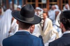 Dwa Hasidim w tradycyjnym Żydowskim pióropuszu kapeluszu, kippah dorosły i Modlitwa Hasidim zdjęcie stock